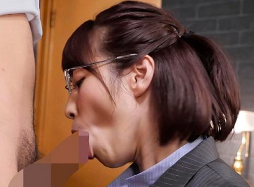 《フェラ動画》メガネ・スーツOLコスプレの美人お姉さんの腰砕けノーハンドフェラ♡スレンダー美女の口をトイレ代わりに使う♪