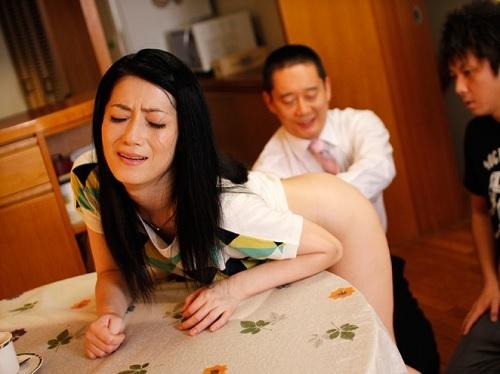 【四十路の人妻熟女xアナルセックス】「あぁダメよ…!」引き籠もり息子のためにアナル処女を捧げるスレンダー美人おばさん!