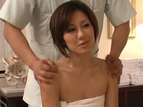 【人妻熟女マッサージ】「やっぱり最近肩が凝って…」ショートカット・貧乳スレンダーおばさんのオマンコをほぐして挿入ww