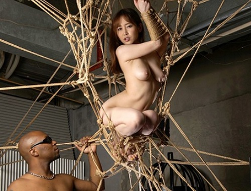 【篠田ゆうx緊縛x外人】巨乳女捜査官が巨根に奴隷調教・凌辱される!縄で浮き出るおっぱい、拘束綱渡りでクリ責めがエロ過ぎる!