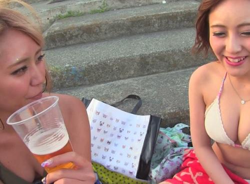 《素人ナンパ企画》「どうする?ww」海岸で飲んでるギャルを誘惑して巨根で4P乱交!酒で緩んだマンコに膣内射精を決める!w