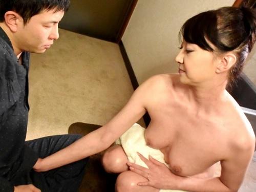 【五十路・人妻熟女】「おばさんのお風呂のぞいて硬くしてるの?♡」垂れ乳・巨乳おっぱいの美人先生の家でセックス合宿!
