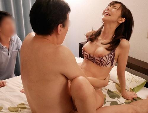 スワッピング「いくぅ!あなた見てる?いつもと違う所に当たっていくのおお♡」寝取られ性癖夫に誘われ他人棒にハマっていく若妻!