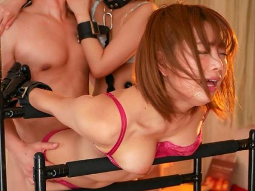 《レズ・3P》ショートカットのロリ美少女がレズしたり、固定した美女をデカチンで凌辱しデカチンをハメたマンコをクンニ!