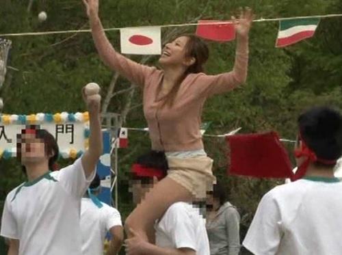 【人妻熟女NTR】「それ~w頑張れ~!!w」子供の運動会で無意識にムチムチ巨乳おっぱいボディで誘惑しちゃうおばさんw
