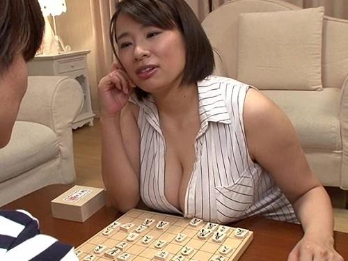 「おばさんのおっぱいが気になって集中できないの?♡」超乳おっぱいムチムチぽっちゃり熟女棋士が乳揺れ・贅肉揺らしてアクメw