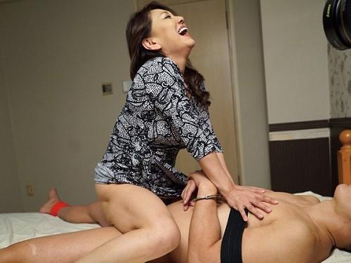 【五十路・人妻熟女】「もっと!もっとよ!もっと出しなさい!」垂れ乳巨乳おっぱいのムチムチ痴女おばさんが逆レイプ状態で男を喰う!
