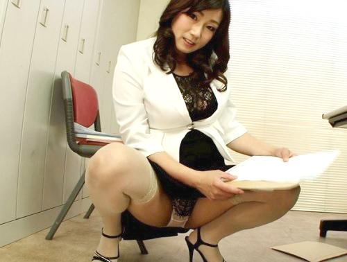 《四十路・人妻熟女OL》『こんなおばさんで興奮するの?♡』ムチムチ巨乳おっぱいの美人痴女上司が誘惑しチンポを凌辱する!