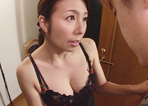 《五十路・人妻熟女》『娘には内緒…一度きりよ♡』未亡人のスレンダー巨乳おっぱいおばさんが娘婿の若いチンポとNTRセックス!