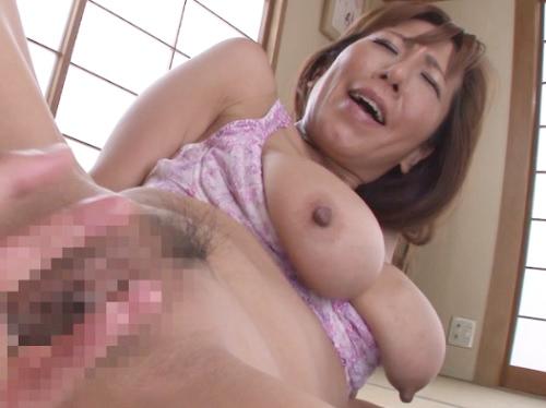 【垂れ乳好き必見!】ブラから溢れるスーパー巨大垂れ乳おっぱいww四十路の人妻熟女おばさんが巨乳を乳揺れさせてアクメ!