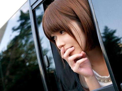 「ハゥン♡見られてるぅぅぅ♡」伊東ちなみが車内オナニー、ネカフェSEX、AVショップで露出ハメ、友達とTELセックス!