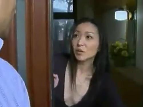 《ヘンリー・塚本》「入って♡すぐにおマンコできるから♡」スレンダー美魔女な人妻熟女おばさんが近所の男を誘い込み不倫!