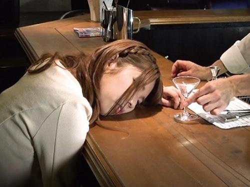 【昏睡レイプ】都会のバーで美女だけを狙ったレイプ好きな店主!無抵抗なおっぱいとマンコを凌辱し膣内射精【盗撮・隠し撮り】