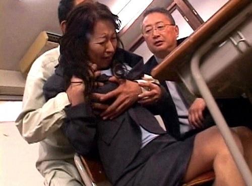 【五十路・人妻熟女】「いやっ!やめてっ!」ぽっちゃりムチムチ巨乳おっぱいおばさんが息子の万引きをネタに教師にレイプされる!