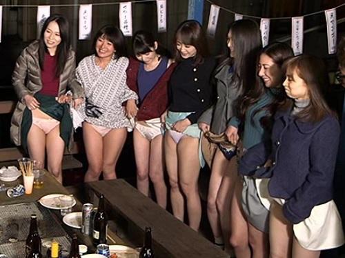 『もぉ♡おばさんの下着見てもしょうがないでしょ♡』スレンダー巨乳おっぱいの人妻熟女と王様ゲームで露天風呂・野外露出SEX!