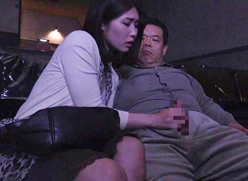 《ヘンリー・塚本》「これで犯して下さい…」エロ映画しか流さない映画館で、男に輪姦されたいスレンダー巨乳人妻痴女が誘惑!