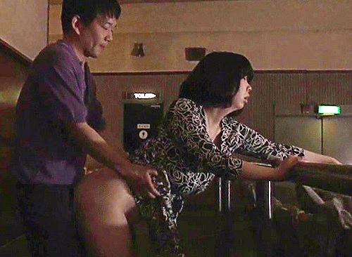 《ヘンリー・塚本》「もっと犯して♡」映画館で誘惑し、複数の男とフェラ・SEXはじめるスレンダー巨乳おっぱい人妻痴女!