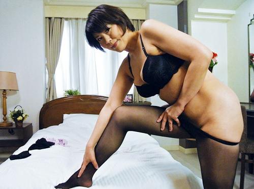 《五十路・人妻熟女x黒パンスト》「ぶっかけても、擦っても良いわよ♡」の巨乳おっぱいぽっちゃり痴女なおばさんと濃厚SEX!
