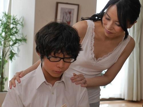 【四十路・人妻熟女】「ママが初めての女になるわ♡」性教育ついでに近親相姦しちゃうスレンダー巨乳おっぱい美人おばさん!