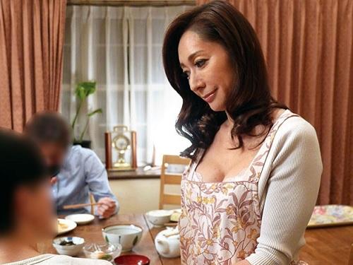《五十路・人妻熟女》「まぁ♡おばさんで硬くして…」オナニーしちゃう位欲求不満なスレンダー巨乳おっぱい叔母を寝取る!NTR