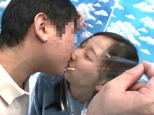 《素人ナンパ企画》カップルみたいな親娘がラップ越しにキスwパパ興奮しすぎてスレンダー娘へ素股から入れて膣内射精をキメるw