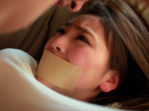 【女教師レイプ】「助けて!…んんー!!息子の美人女教師を強姦凌辱する父親。スレンダー巨乳おっぱい美人がオヤジチンポに完落ち