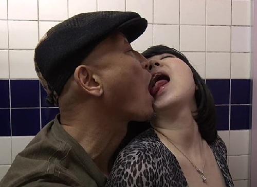 《ヘンリー・塚本》「後ろから犯してっ♡」映画館でフェラ誘惑し、トイレでセックスするスレンダー巨乳おっぱい人妻痴女!