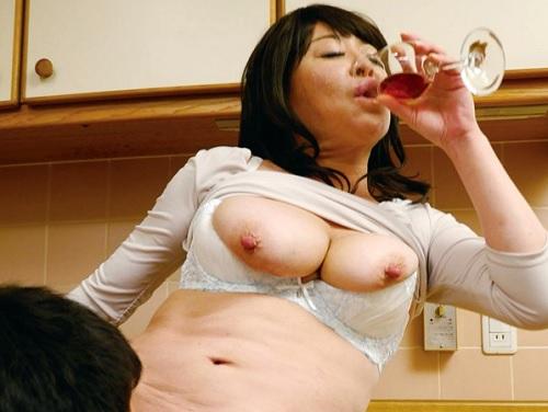 【五十路・人妻熟女】「はぁん♡おしっこ臭いマンコ舐めてええ♡」泥酔し痴女になるムチムチ巨乳おっぱい変態おばさんとSEX!