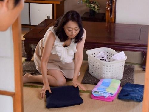 【五十路・人妻熟女】「やめっ!やめてぇ!…ハァン♡」夫婦の営みを見た息子に寝取られるムチムチ垂れ乳・巨乳おっぱいおばさん!