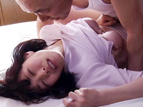 【四十路・人妻熟女】「いやっ!いやぁぁぁ!」寝室に招き入れた業者にレイプされるスレンダー巨乳おっぱいの美人おばさん!