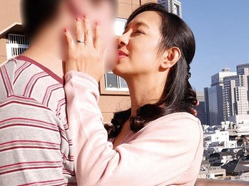 【五十路・人妻熟女】「甘えていいのよ♡」若い肉棒にハマるスレンダー巨乳おっぱいおばさんのNTRセックスでアクメ!