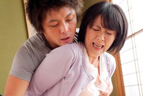 【四十路・人妻熟女】「だめっ!やめなさいっ!」息子友達にNTRれ快楽堕ち!巨乳おっぱい・垂れ乳ぽっちゃりの奴隷おばさん!