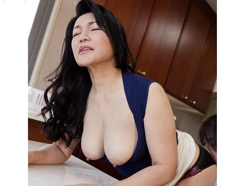 【五十路・人妻熟女】「ひぃぃ♡おばさんいっくぅぅぅ♡」ぽっちゃり巨乳おっぱい淫乱痴女義母の閉経オメコとNTRセックスw