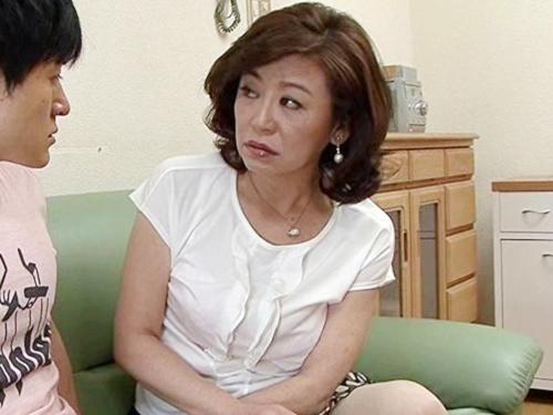 《五十路・人妻熟女》「私とする?♡」不倫好きムチムチ垂れ乳巨乳おっぱいおばさんが息子と近親相姦SEXでアクメする!