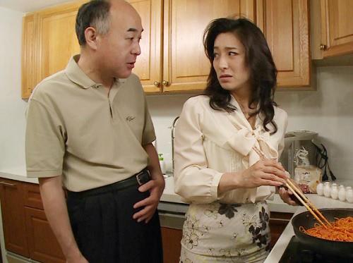 《四十路・人妻熟女》「きゃっ…お義父さんだめぇ!…ハゥン♡」ボケてきた義父に寝取られるスレンダー巨乳おっぱいおばさん!