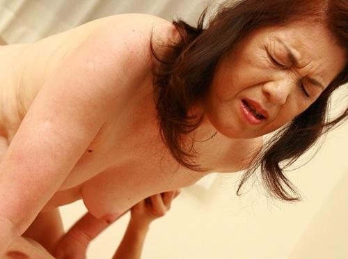 《六十路・人妻熟女》「だめぇぇ♡おばさんおかしくなるぅ♡」ぽっちゃりムチムチ垂れ乳・巨乳おっぱいBBAに膣内射精を決める!