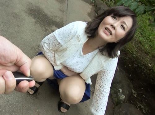 【四十路・人妻熟女】「おばさん気持ち良すぎて歩けない♡」ぽっちゃりムチムチ巨乳おっぱい痴女と旅行中ずっとマンコ使う動画