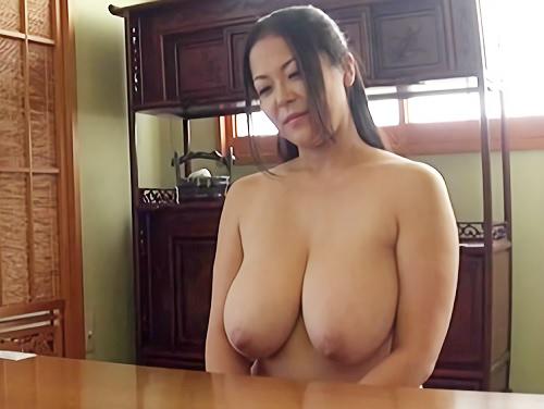 《四十路・人妻熟女》「家の中では全裸です♡」ムチムチぽっちゃり超乳おっぱいおばさん!日常仕事で乳揺れする巨乳が抜けるw