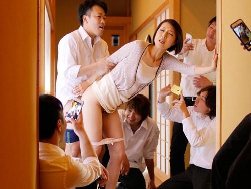 《五十路・人妻熟女》「やめてっ!やめてぇぇ!」息子の同級生に強姦されるスレンダー貧乳おっぱいおばさん!《輪姦凌辱》