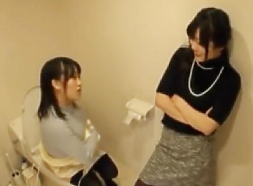 素人ナンパ「どうする?やる?♡」お持ち帰りされたギャル2人がトイレで相談しパコられに向かうww巨乳おっぱい美女と乱交!