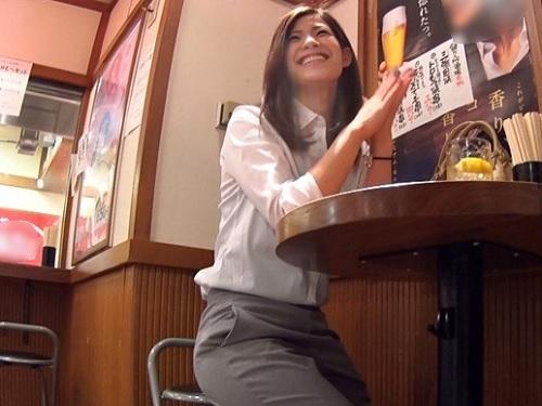 【素人ナンパ】「仕事は事務ですよー♡」独り飲みのスレンダー美乳おっぱいOL泥酔させてお持ち帰りw変態水着着せてハメ撮りww