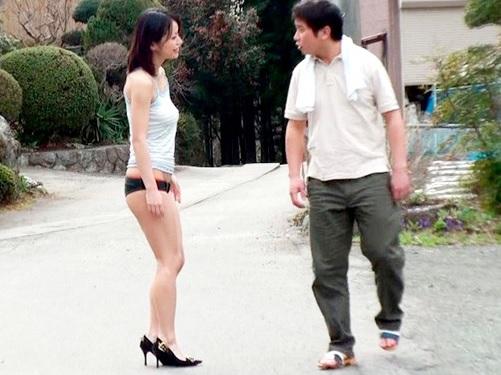 (乳首勃起してる…凄い見られて感じちゃうぅ♡)素人娘をノーブラ露出度高めの服で実家付近を散歩させると興奮でマンコどろどろw