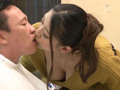 抜き過ぎ注意!「声我慢ね…おっぱい吸っていいよ♡」巨乳おっぱいの痴女美容師とバレないようにフェラ、手コキ、SEX!w