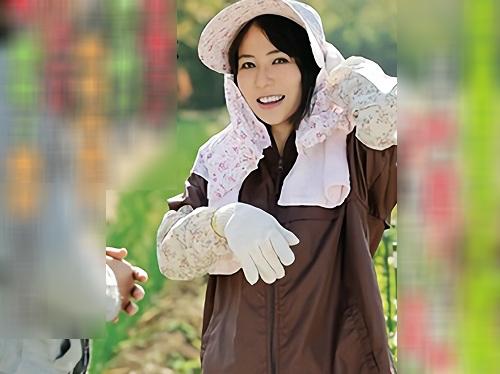 【四十路・人妻熟女】AVでオナニーしてる田舎のおばさんが旦那に差し出される!スレンダー美乳おっぱい美魔女がNTRアクメ!