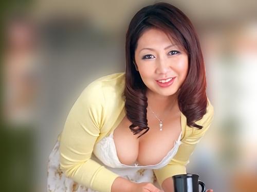 《四十路・人妻熟女》「あら♡いらっしゃい♡」ムチムチ巨乳おっぱいの友人の母がエロ過ぎる身体で誘惑してくるからNTRセックス!