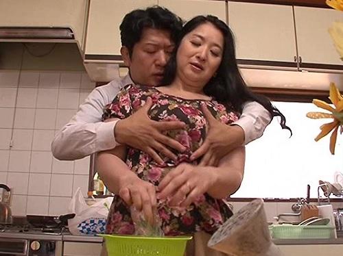 《四十路・人妻熟女》「ちょ、ちょっとやめてっ…」息子に巨乳おっぱいを揉みしだかれ、発情し近親相姦してしまう貞淑な母!