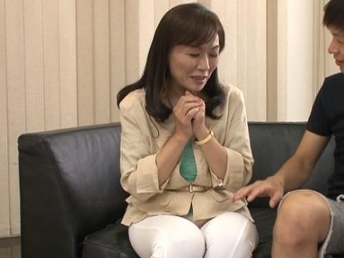 【四十路・人妻熟女】「や、ほ、本当に恥ずかしい…♡」スレンダー貧乳おっぱいおばさんの剛毛マンコが凄すぎてヤバイwww