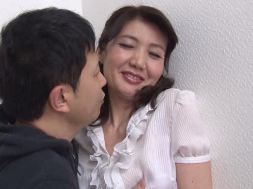《五十路・人妻熟女》「ちょっと♡もぉダメよっ♡」スレンダー巨乳おっぱいの美熟女母の魅力に気づいた大学生息子が近親相姦!