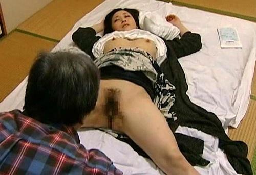 【ヘンリー・塚本】悪徳医師が昏睡レイプ!診察した人妻熟女に睡眠薬を仕込んで無抵抗の巨乳おっぱいマンコを凌辱する!