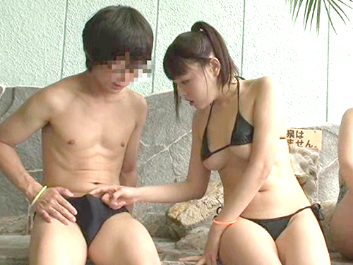 温泉施設で思わず勃起!(こ、これハメてみたいかも…♡)極小水着で下乳丸見えの巨乳おっぱい美少女はチンポに興味津々!w